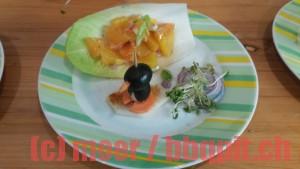 Olivenpinguin mit Orangensalat im Chicoreeschiffchen