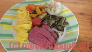 Gekräutertes Rinderfilet mit Safrannudeln, Gemüse und Pilzen